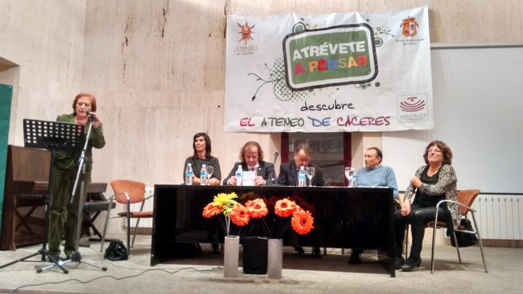 Dª Carmen Mosquete (secretaria del Ateneo) hizo las veces de maestro de ceremonias dando turno de palabra a cada uno de los presentes en la mesa.