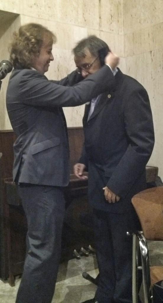 A continuación el presidente impuso la medalla del Ateneo a nuestro Presidente de Honor D. Esteban Cortijo Parralejo.